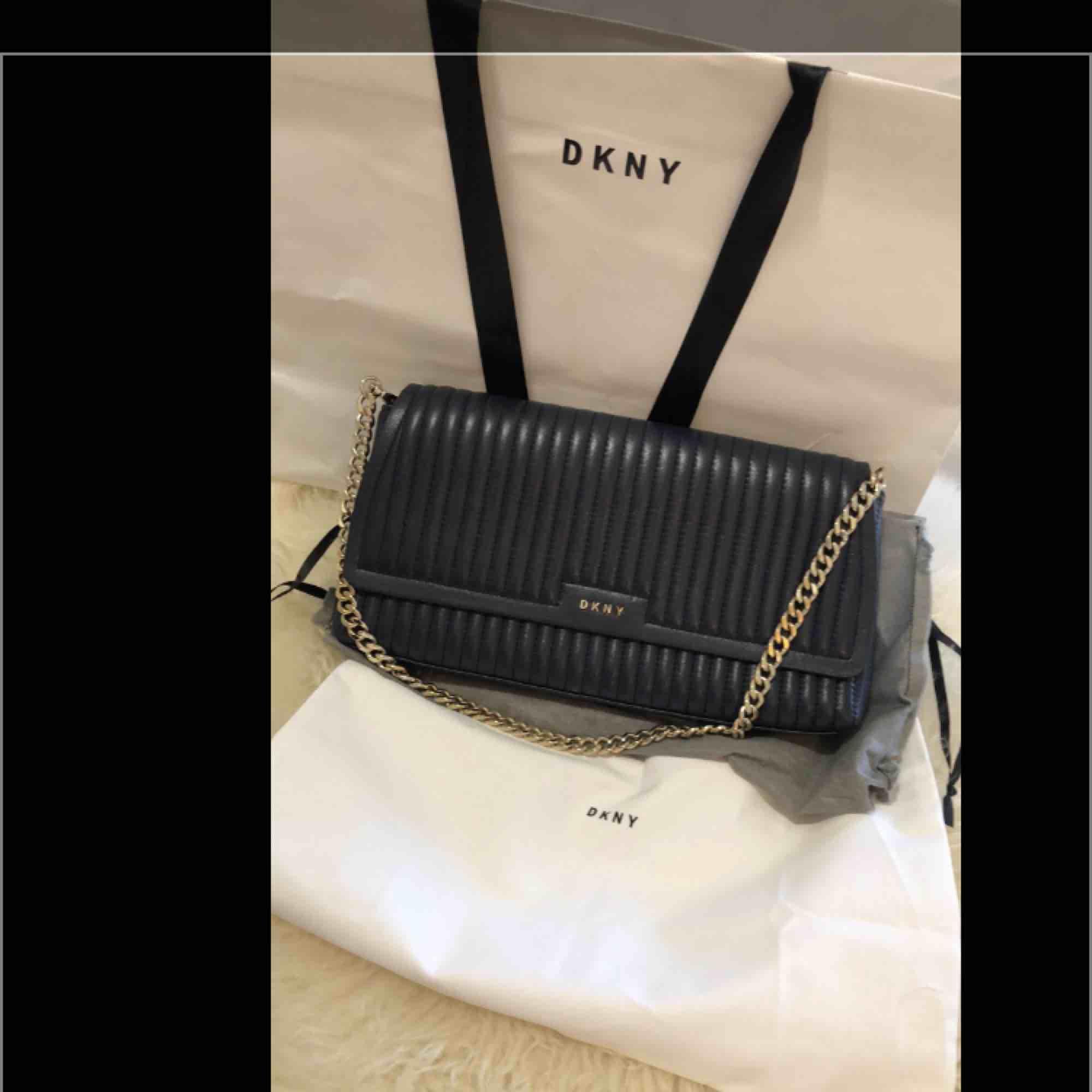 Äkta DKNY väska nästan ny använt bara en gång . Väskor.