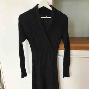 Ribbad stickad svart klänning från Benetton. Perfekt på vintern, varm och mysig.