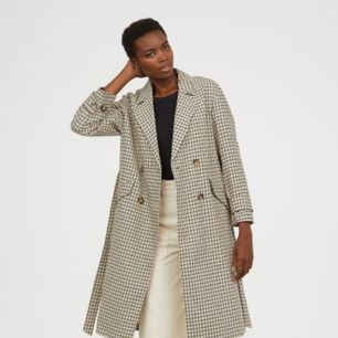 Ny jacka från H&M fall/18. EJ använd!  En lång, dubbelknäppt kappa i jacquardvävd bomullskvalitet.   Nypris: 999 kr