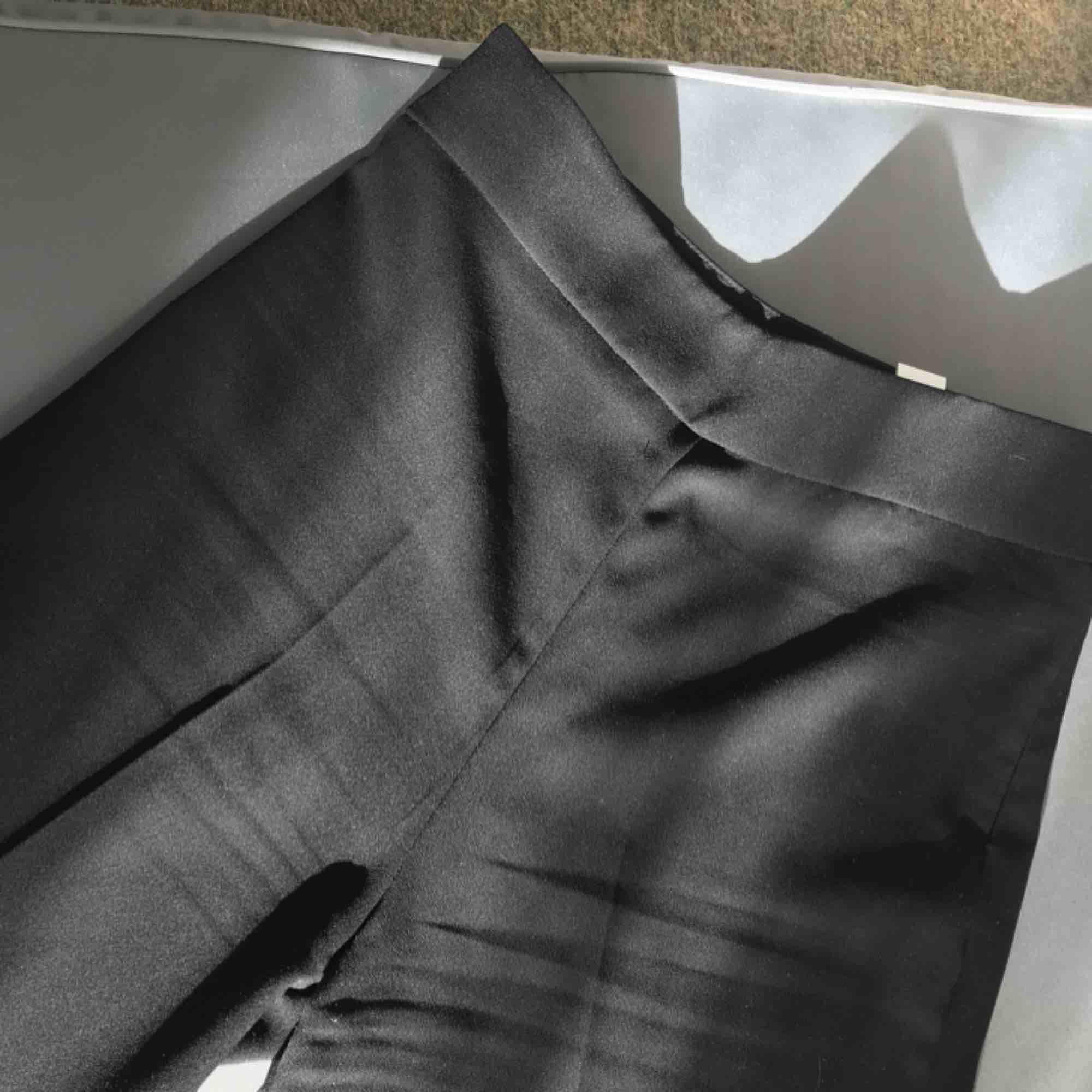 Jättefina oanvända byxor från chiquelle, köptes i ett set - så har därefter ett par likadana. Dom är aldrig använda och i nyskick med dragkedja i sidan och vida i benen. Du står för frakt! (Lånad första bild). Jeans & Byxor.