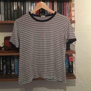 Ljusblå randig T-shirt från Brandy Melville. Passar XS-M beroende på hur man vill att den ska sitta.