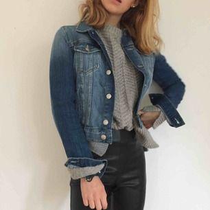 Hej!  Säljer en jeansjacka från hm. Helt vanlig jeansjacka, som är lite mörkare i färgen. Då den är från hm, säljer jag den billigt!! Kan mötas upp i centrala Stockholm eller skicka på posten men då står köparen för frakten.