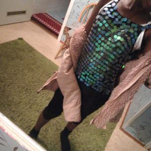 Nät tröja med runda saker på :), sälj pågrund att jag inte har nån användning för den