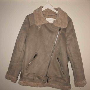 Populär vinterjacka från Zara. Nästan oanvänd köpt i vintras.