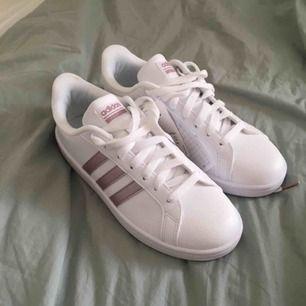Helt oanvända skor i kartongen från Adidas. Köparen står för frakt; kan annars mötas upp i Stockholm.