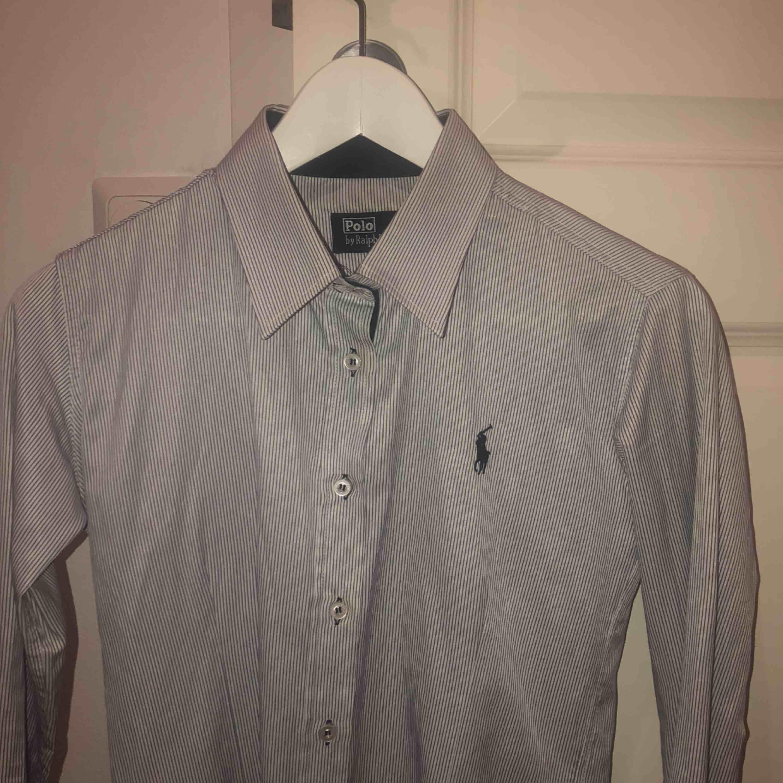 Ralph Lauren skjorta som är vit blå randig. Storlek M men enligt mig så ... 936d899320b1a