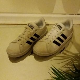 Skit snygga ☇Cloudfoam Advantage Sneakers☇ från Adidas. Knappt använda, säljer pga att jag har köpt ett nytt par Adidas som jag använder mer. Kostar runt 700 kr nya. Frakt ingår men kan mötas upp i Uppsala och då kostar dom endast 400 kr.  😊😊💯