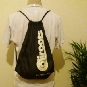Ryggsäck i gympapåse-modell från Caliroots Streetwear. Loggan är lite sliten men den har inga hål. Frakt ingår men kan även mötas upp i Uppsala✌