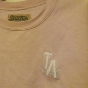 Baby rosa LA tröja från Stiches. Köpt på en secondhandaffär i Melbourne. Säljer pga att jag inte använder den så ofta. Jätte fink skick förutom en liten fläck i nedre högra kanten som jag aldrig lyckats få bort. Frakt ingår men kan även mötas upp i Uppsala