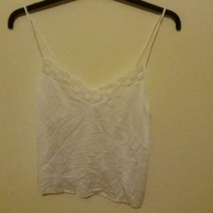 Jätte fint vitt silkeslinne med spets. Har ett litet hål i nedre högra kanten (bild 3). Säljer då jag inte använder så ofta. Frakt ingår men kan även mötas upp i Uppsala ♀♀