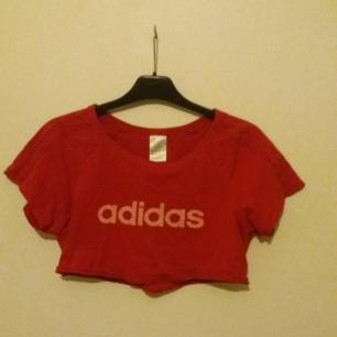 Super najs Adidas croptop. Säljer då jag inte använder den så ofta, frakt ingår men kan även mötas upp i Uppsala ☇💯☇