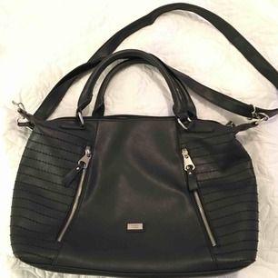 Denna väska från Feel Accessories är köpt på Cityväskan i Västerås för 399kr. Väskan liknar en Balenciaga väska och axelremmen är avtagbar. Mitt pris är 100kr och jag kan frakta.