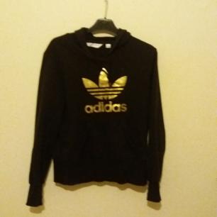 Adidas jumper i prima skick. Har eb väldigt mörk fläck i nedre kanten, därav billigare pris. 💯💯