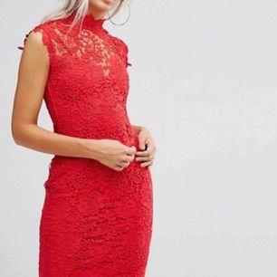 Säljer min oanvända klänning från asos. Det står att det är en 38. Men jag skulle säga att den passar en 36a mer då den är liten i storlek.