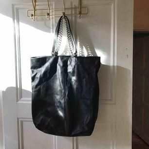 Väska i äkta skinn från & Other Stories Använd 2 ggr Ca 40 cm hög, 30 cm bred