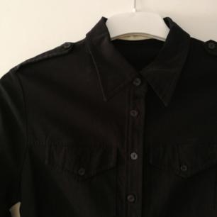 Svart klänning i militärstuk från B.Young. Knappt använd! Använder helst Swish. Köparen står för frakt. PM för fler bilder!