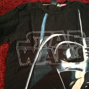 Star Wars-tröja från H&M. Är barnstorlek med passar lätt en S. Använder helst Swish, köparen betalar för frakt!