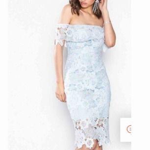 Oanvänd endast testad (lappar finns kvar) riktigt snygg klänning men den kommer tyvärr aldrig till användning!