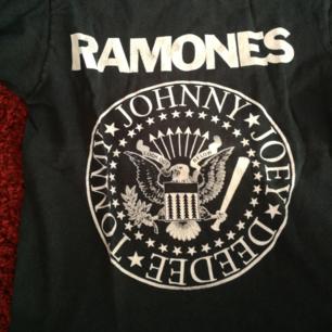 Bandtröja med Ramones. Ej officiell. Trycket är lite slitet (se andra bilden) men annars i gott skick. Använder helst Swish. Köparen står för frakt!