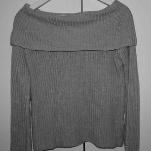 Grå stickad tröja från Nelly av Jacqueline de Yong. Använd fåtal gånger. Frakt ingår i priset :)