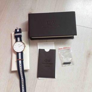Säljer min Daniel Wellington klocka i nyskick, har tyvärr inget kvitto eftersom att det var en julklapp men box medföljer. En pytteliten repa som inte syns och lite smutsigt armband som säkert går att fixa, men annars funkar den helt, guld.