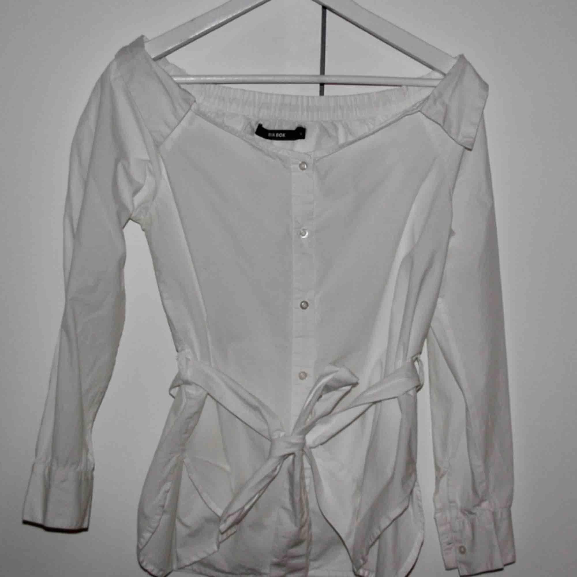 Offshoulder skjorta/blus vit med knytning i midjan från Bik Bok. Storlek S. Använd fåtal gånger. Frakt ingår i priset. Blusar.