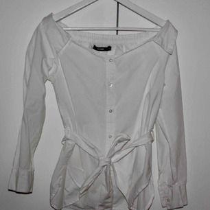 Offshoulder skjorta/blus vit med knytning i midjan från Bik Bok. Storlek S. Använd fåtal gånger. Frakt ingår i priset