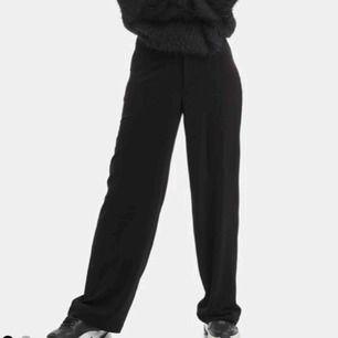 """De klassiska """"Adriana"""" byxorna från Bik Bok. Svarta, storlek M. Använda flera gånger. Frakt ingår i priset :)"""