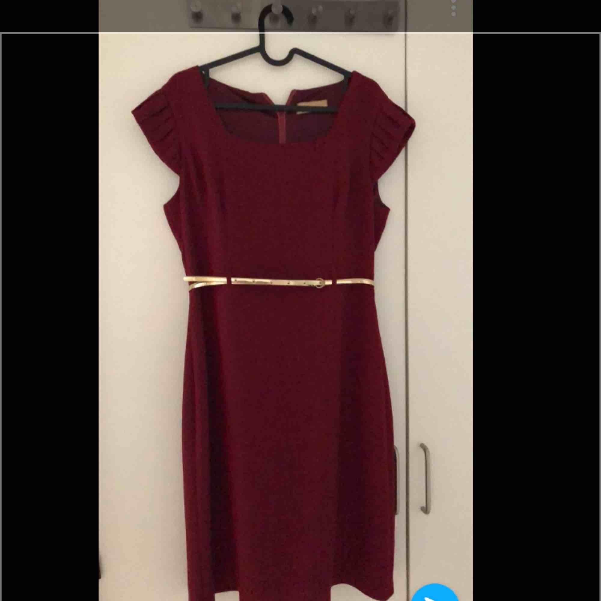 Superfin vinröd klänning med en guldbälte. Aldrig använd. Klänningar.