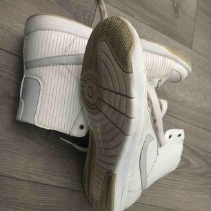 Knappt använda skor från Nike. Strl 39.