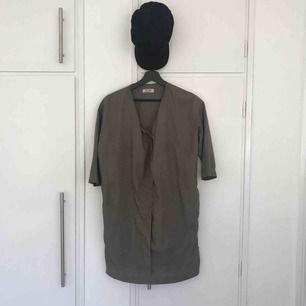 Kort klänning, Grå, Knäppning i V-neck, Trekvartsärm, Ocersized, Använd tre gånger tyvärr för liten