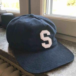 Mörkblå Stussy keps med leather strap där bak! Använd några gånger men mest bara hängt och samlat damm! 185 med frakt! 150 meetup i Sthlm 🙏🏼