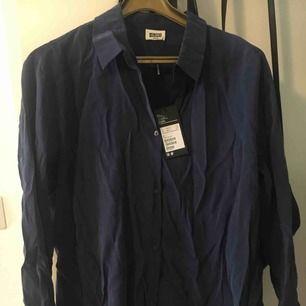 Ny skjorta från Weekday. Lapp kvar, strl M. Sjukt snyggt blått tyg, lös passform.