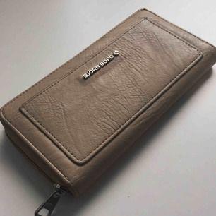 Fin och mycket rymlig plånbok från Björn Borg som inte används längre, fortfarande i bra skick. Mått 20x10,5cm, gjord i 100% PU (fake läder).