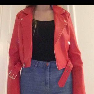 En röd läderjacka (inte äkta läder), aldrig använd så den är i väldigt gott skick. Möter gärna upp någonstans i Stockholm.