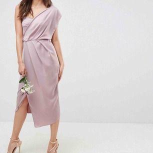 Jättefin klänning som är HELT NY och beställd från Asos inför ett bröllop men som tyvärr inte passade. Väldigt liten 36a. Skulle säga att den passar dig som är 34 i storlek. Nypris 700kr säljes för 400, prislapp kvar! Skickar ej!