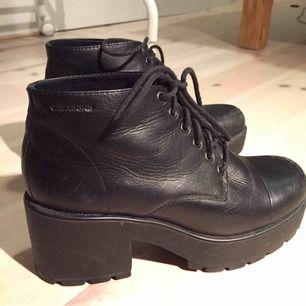 Svarta läderskor från vagabond, de har lite slitage i fram som syns på bilderna. Möts gärna upp någonstans i Stockholm.