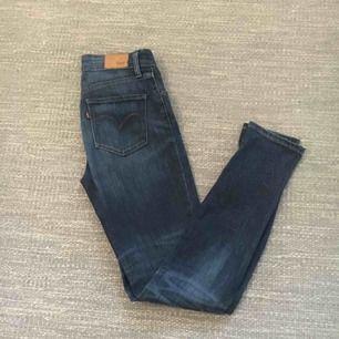 Blå Levis jeans. High Rise skinny storlek 25. Använda så lite slitna, men inga hål eller liknande.