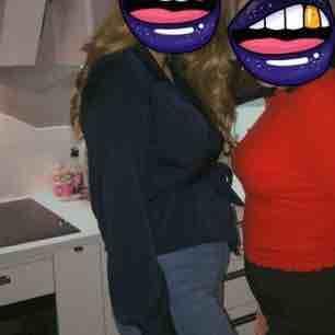 Marinblå skön omlott blus från Bik Bok. Storlek L men passar jätte bra för mig som har S/M också. Använd men i väldigt bra skick. Frakt inräknat i priset :). Blusar.
