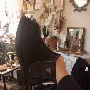 Gant boots i mocka, använda en del men i gott skick, har en stearin-fläck på ena skon.