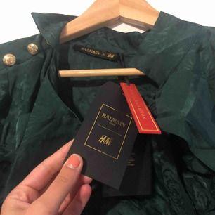Helt ny blus från BALMAIN x HM kollektionen. Köpte för 800kr men aldrig använd! Säljer för samma pris! Storlek 34 men passar en 36 också!