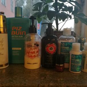 Säljer paket med produkter som inte kommer till användning. Allt för 199 kronor, inklusive fraktkostnad. Fraktar endast.  Allt är varsamt använt utom de två bodylotions, är ungefär lika mycket kvar i den från bodyshop som den genomskinliga (Mango Papaya)  Body Shop - Cooling Footlotion Look by Linn - Face wash / Makeup remover Piz Buin - After Sun Nailpolish genomskinligt med rött glitter Body Lotion - Mango Papaya Body Lotion Body Shop - Smoky Poppy Body Shop - Conditioner