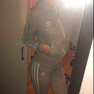 Adidas dress, använd men i väldigt fint skick! Storlek M men skulle säga en väldigt liten M då den passar mig som har S utmärkt.