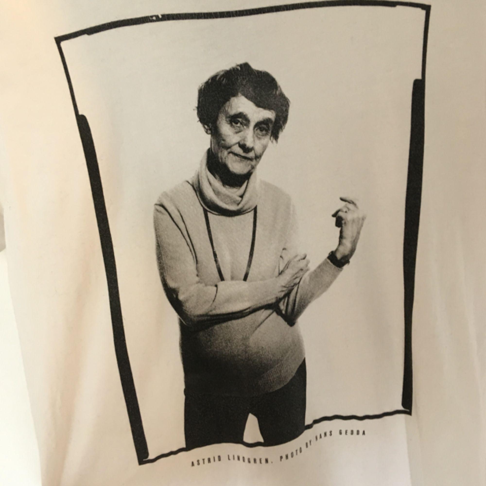 ball t-shirt med astrid lindgren på. kommer från t-shirt store och är i nyskick. säljer massor (kmr mycket nytt i dagarna), mängdrabatt finnes!  . T-shirts.