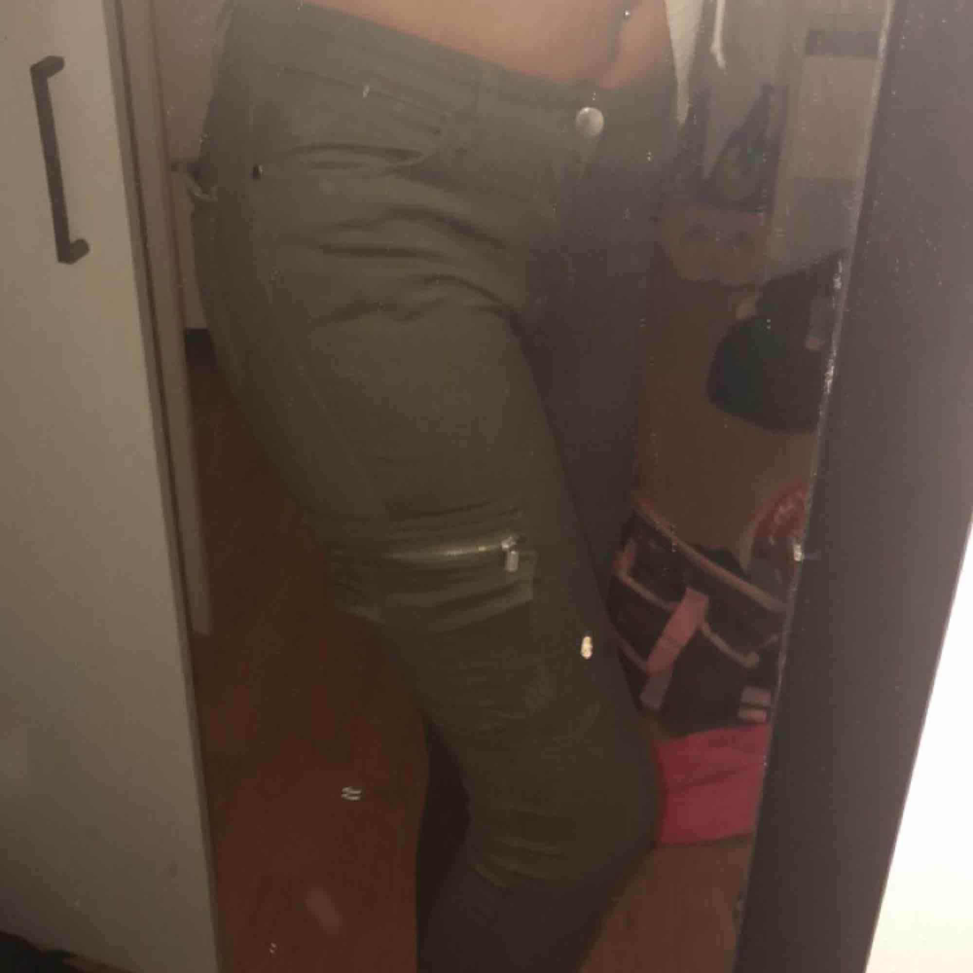 Gröna cargo byxor, köpte fel storlek.. Jeans & Byxor.