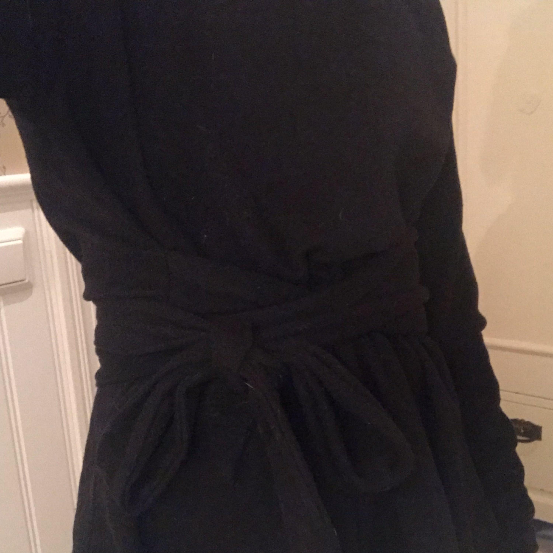 Snygg stickad lite tunnare tröja med knytning i midjan. Använd max 5 gånger. Frakten inräknad. Toppar.