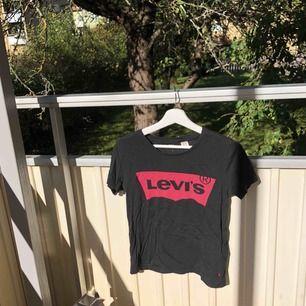 Svart Levis t-shirt. Sparsamt använd. Fraktillkostnad kommer