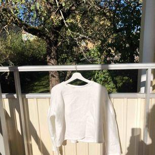 Vit fluffig tröja. Märke oklart. En liten fläck på kragen. Se bild 2. Annars jättefint skick. Fraktillkostnad kommer