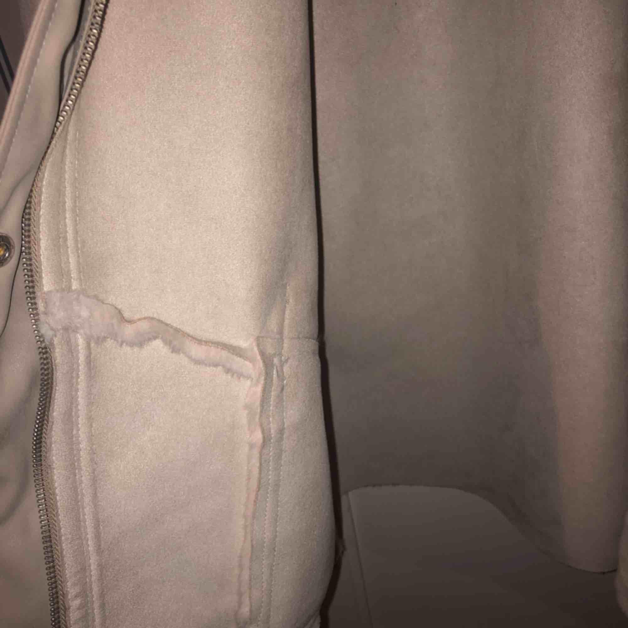 Fuskpäls jacka från Zara. Super mysig päls som är sitter jätte fint på:) Detta var deras höst kollektion förra året, som bara såldes under kortare period. Nästan helt ny, har endast använts vid ett tillfälle. Säljer den för jag har för många jackor.... Jackor.