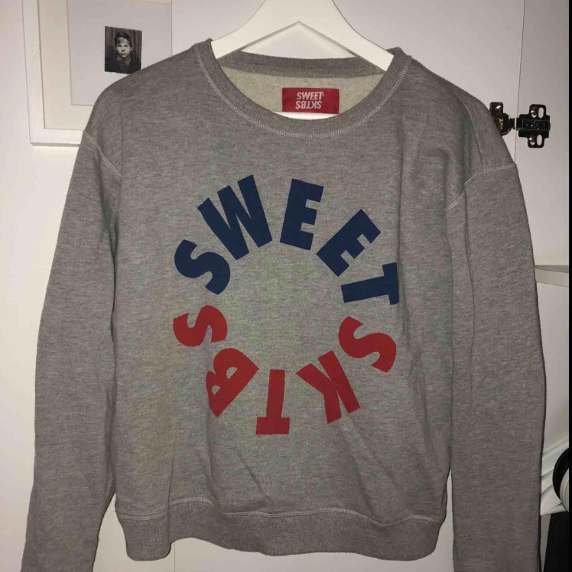 Supermysig sweater från skatermärket SWEET SKTBS i storlek S, använd ca 3 gånger Skickar mot frakt eller så möts vi i centrala Sthlm. Tröjor & Koftor.